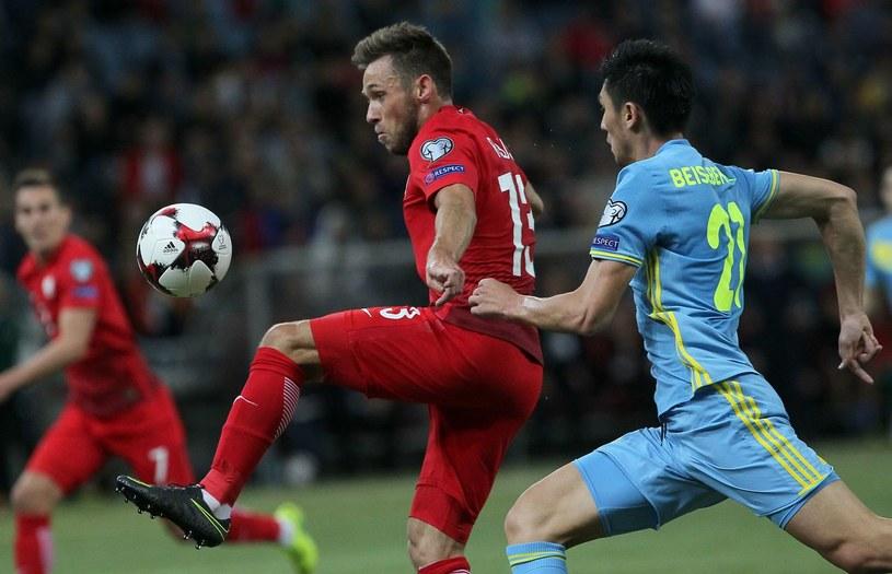 Maciej Rybus podczas meczu eliminacji z Kazachstanem /AFP