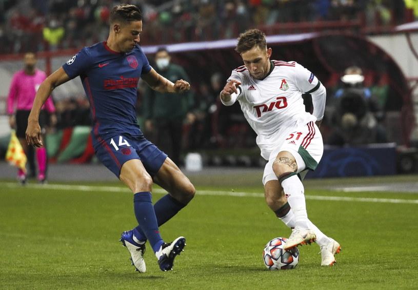 Maciej Rybus (w białej koszulce) w starciu z Marcosem Llorente podczas meczu Lokomotiwu z Atletico /YURI KOCHETKOV / POOL    /PAP/EPA