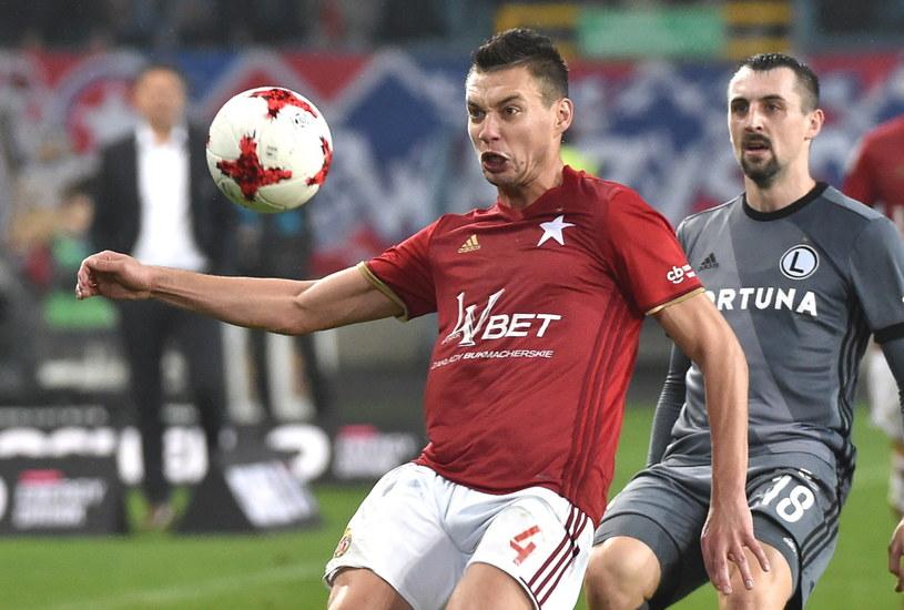 Maciej Sadlok (z lewej) i Michał Kucharczyk podczas niedzielnego meczu Wisła Kraków - Legia Warszawa /Jacek Bednarczyk /PAP