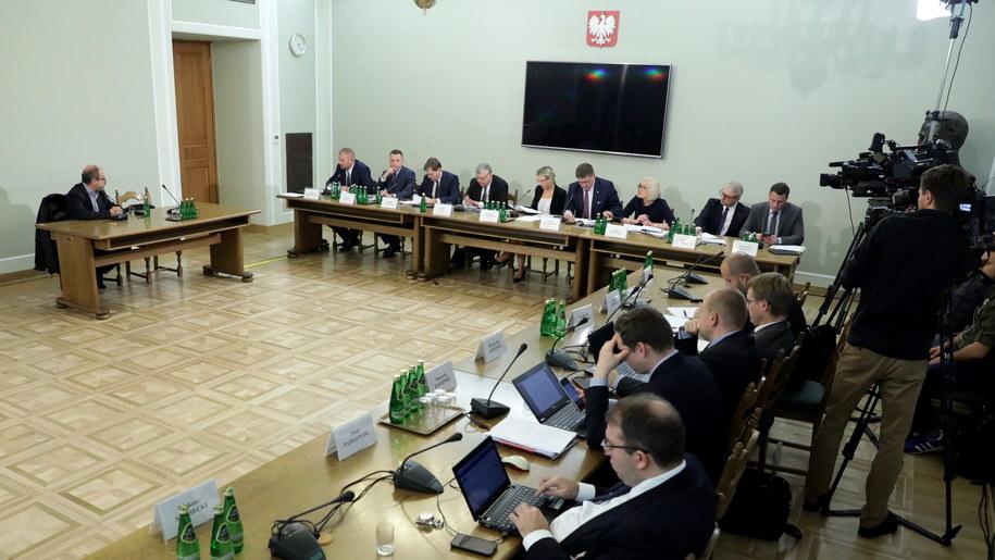 Maciej Zajda przed komisją ds. Amber Gold /Tomasz Gzell /PAP