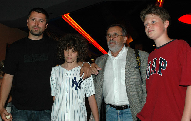Maciej Zientarski z synami i ojcem w 2006 roku, fot. Andras Szilagyi  /MWMedia