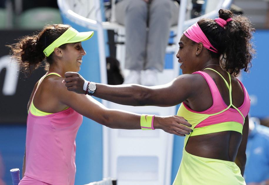 Madison Keys i Serena Williams dziękują sobie po meczu /BARBARA WALTON /PAP/EPA