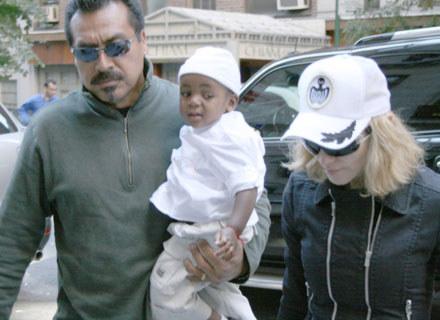 Madonna i David Banda w towarzystwie ochroniarza - fot. Arnaldo Magnani /Getty Images/Flash Press Media