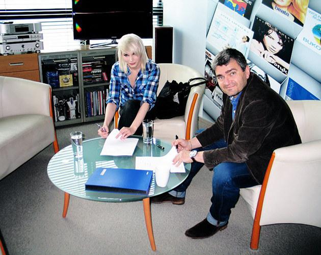 Madox podczas podpisywania kontraktu  /materiały prasowe