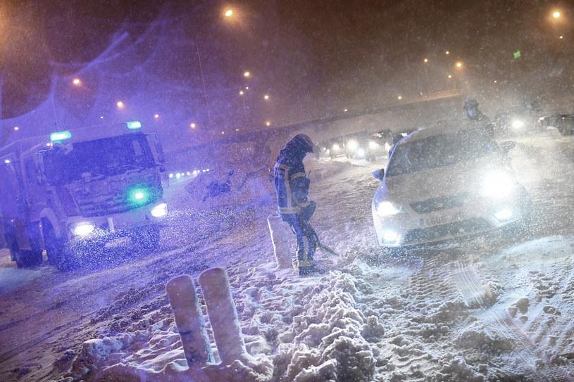 Madryt, Hiszpania, 8 stycznia 2021. Strażacy pomagają kierowcom, którzy - z powodu silnej burzy śnieżnej - utknęli na obwodnicy Madrytu /OSCAR DEL POZO /AFP