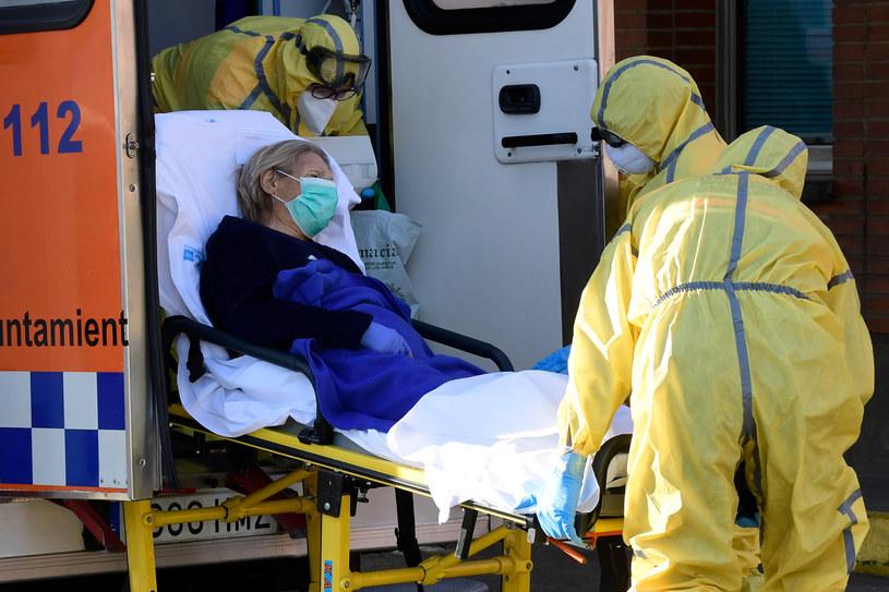 Madryt: Przewiezienie chorej na COVID-19 do szpitala /AFP