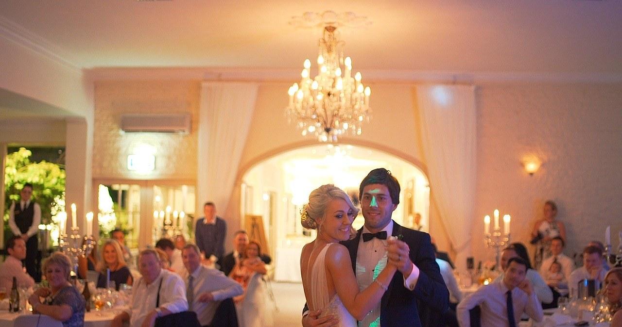 """<a href=""""https://www.rmf24.pl/raporty/raport-koronawirus-z-chin/europa/news-madryt-wprowadza-zakaz-tanczenia-na-weselach,nId,4718534"""">Madryt wprowadza zakaz tańczenia na weselach</a> thumbnail  Koronawirus: Kolejne zakażenia w Europie i USA. W Polsce ponad 300 przypadków [RELACJA] 000AGZW1XFBDU7FK C461"""