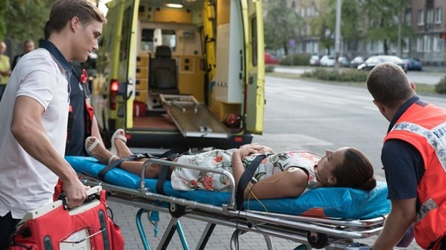 Madzia zasłabnie na ulicy! /Agencja W. Impact