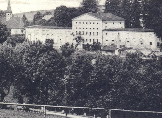 Magazyny kompleksu pałacowego w Rząsinach /fot. ze zbiorów S. Wrzesińskiego /Odkrywca