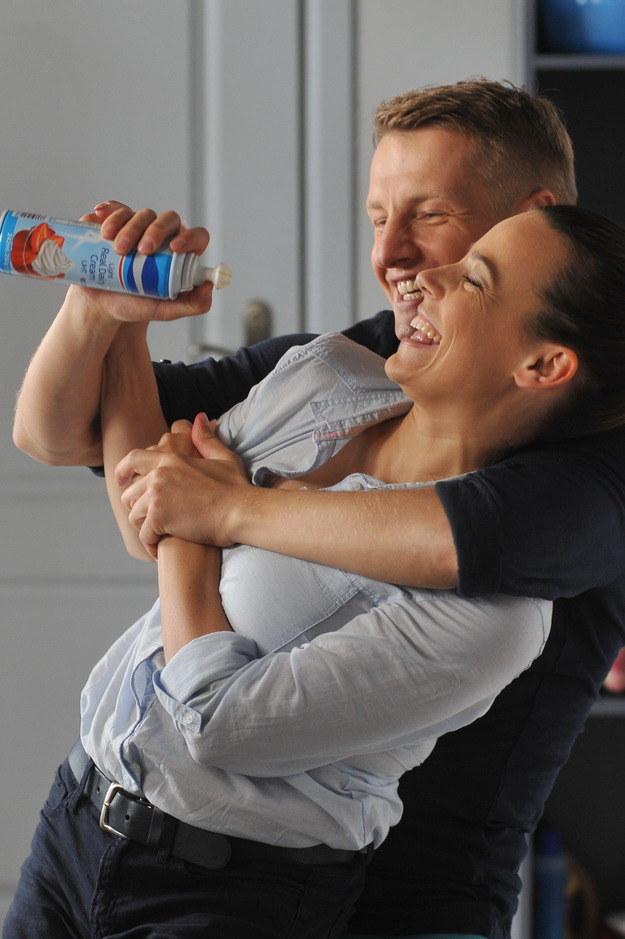 Magda (Anna Mucha) i Paweł (Rafał Mroczek) po poważnej rozmowie rozładują napięcie beztroskimi wygłupami. Niestety, zobaczy ich Ala... /Agencja W. Impact