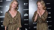 Magda Cielecka bez makijażu składa ręce na ściance z logiem prezerwatyw