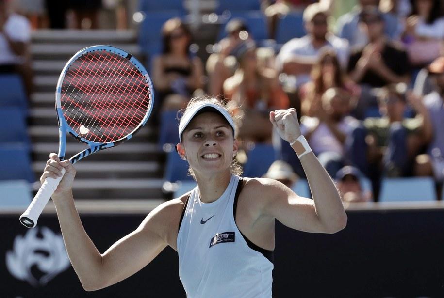 Magda Linette cieszy się ze zwycięstwa nad Darią Kasatkiną w drugiej rundzie Australian Open /MARK CRISTINO /PAP/EPA