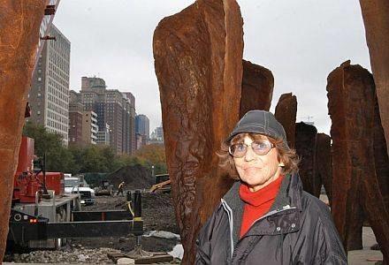 Magdalena Abakanowicz oraz jej rzeźby w parku Granta w Chicago, fot. PIOTR BATOROWICZ /Agencja SE/East News