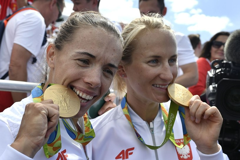 Magdalena Fularczyk-Kozłowska i Natalia Madaj ze złotem z Rio de Janeiro. /AFP