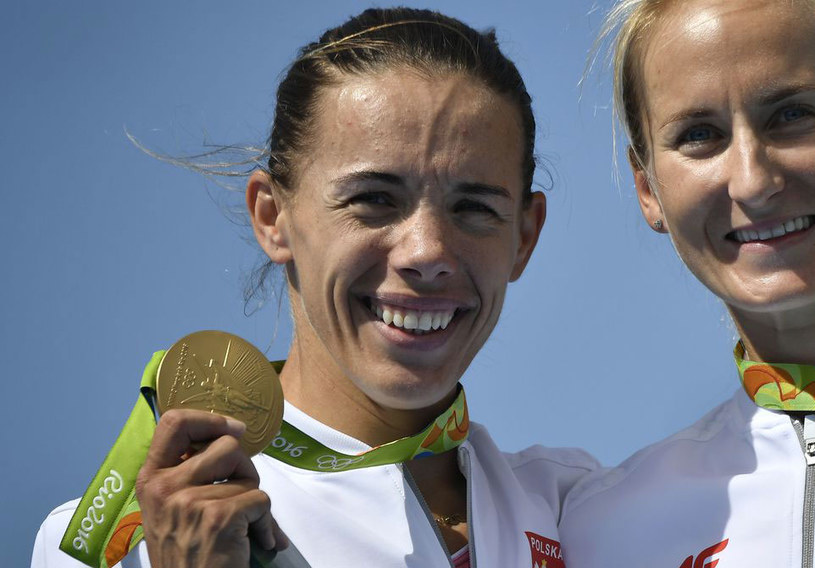 Magdalena Fularczyk-Kozłowska (z Natalią Madaj) ze złotymi medalami igrzysk w Rio /AFP