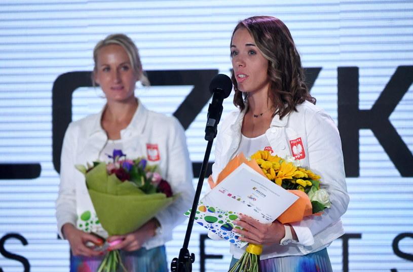 Magdalena Fularczyk-Kozłowska (z prawej) i Natalia Madaj, złote medalistki z Rio w wioślarstwie, podczas gali olimpijskiej w Warszawie /Bartłomiej Zborowski /PAP