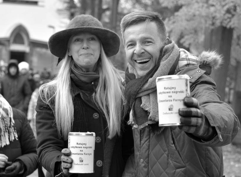 Magdalena Warzecha i Bogdan Sawicki podczas kwesty na ratowanie zabytków /Andrzej Zgiet /East News