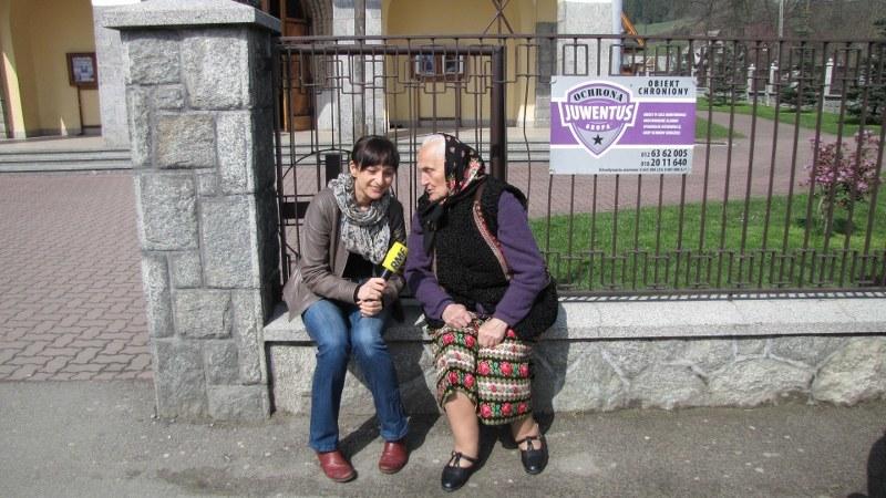 Magdalena Wojtoń rozmoawia z panią Heleną /Józef Polewka /RMF FM