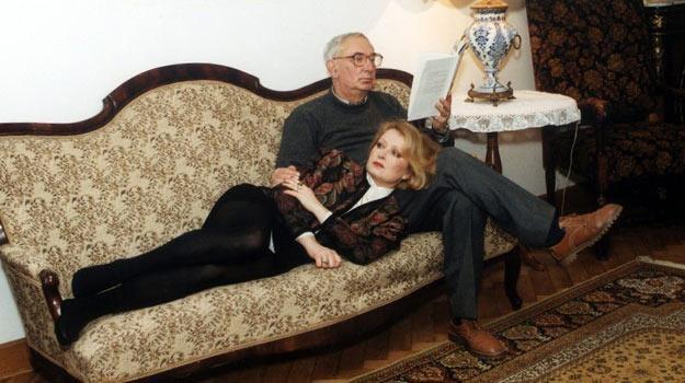 Magdalena Zawadzka i Gustaw Holoubek w swoim domu w 1992 roku - fot. Zenon Zyburtowicz /Fotonova