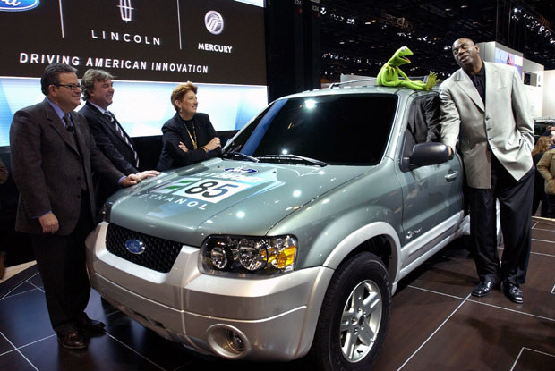 Magic Johnson rozmawia z  Kermitem siedzącym na  fordzie escape na etanol / kliknij /INTERIA.PL