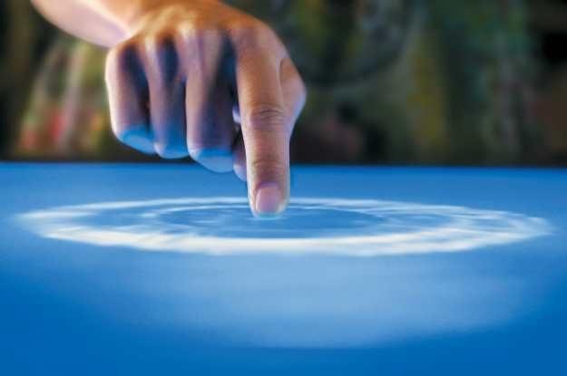 Magiczny palec - wszystko dzięki ekranom dotykowym (na zdjęciu technologia Microsft Surface) /materiały prasowe