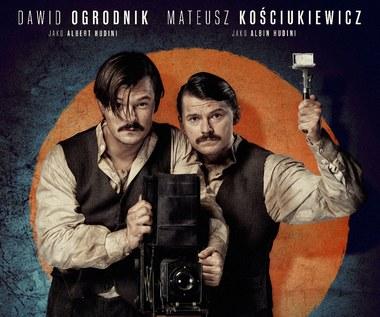"""""""Magnezja"""": Ogrodnik i Kościukiewicz braćmi [plakat]"""