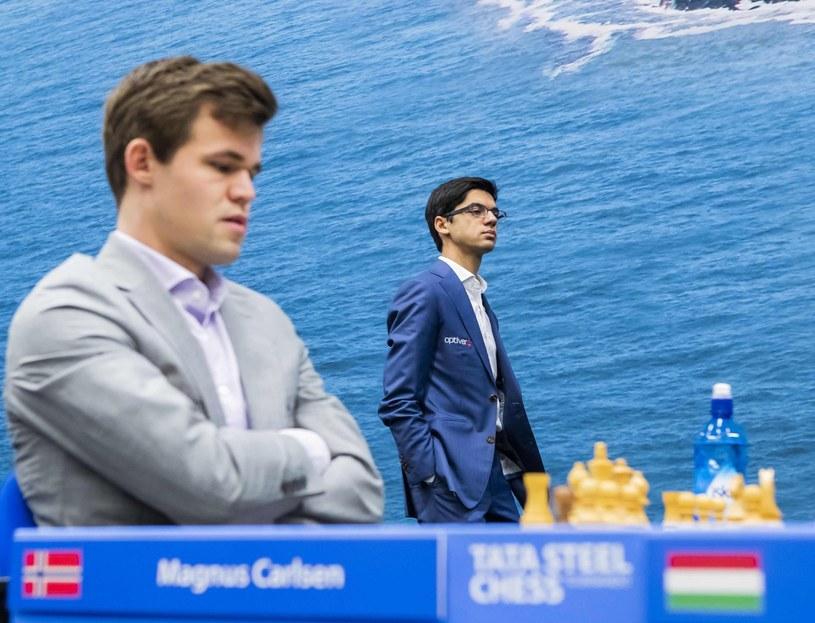 Magnus Carlsen (z lewej) /AFP