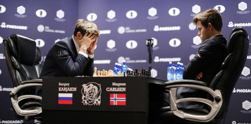 Magnus Carlsen (z prawej) i Siergiej Karjakin /AFP