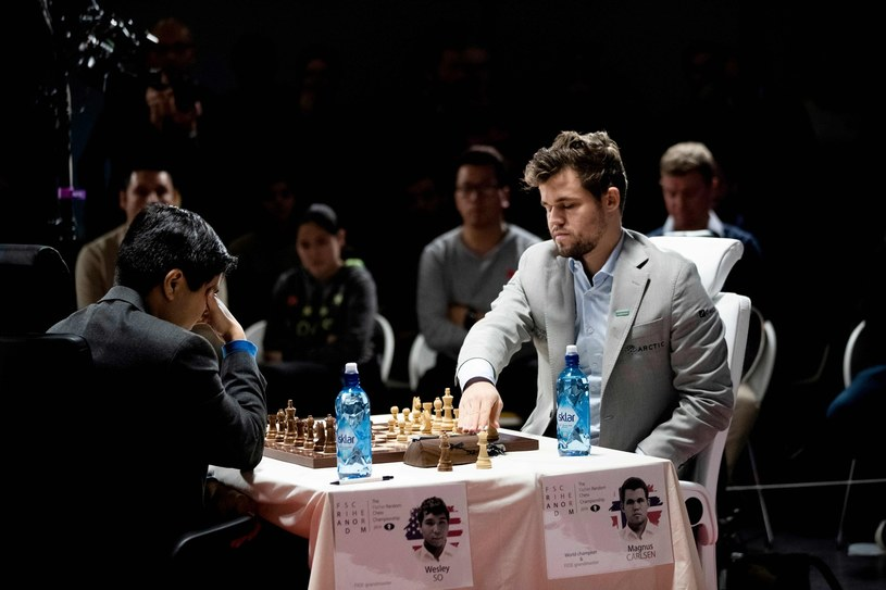 Magnus Carlsen (z prawej) /AFP