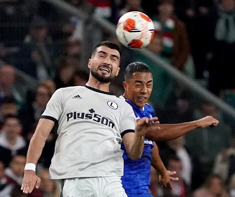 Mahir Emreli w walce z  Yourim Tielemansem z Leicester City /AFP