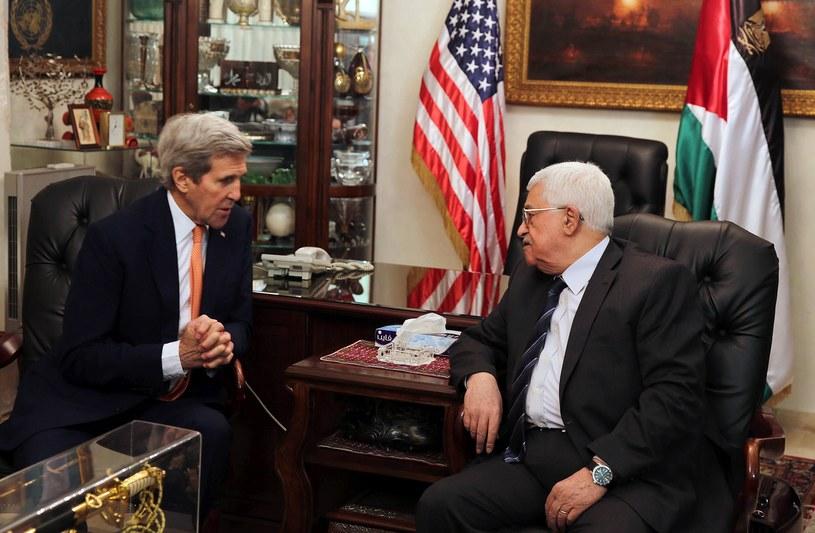 Mahmud Abbas (z prawej) i John Kerry /AFP