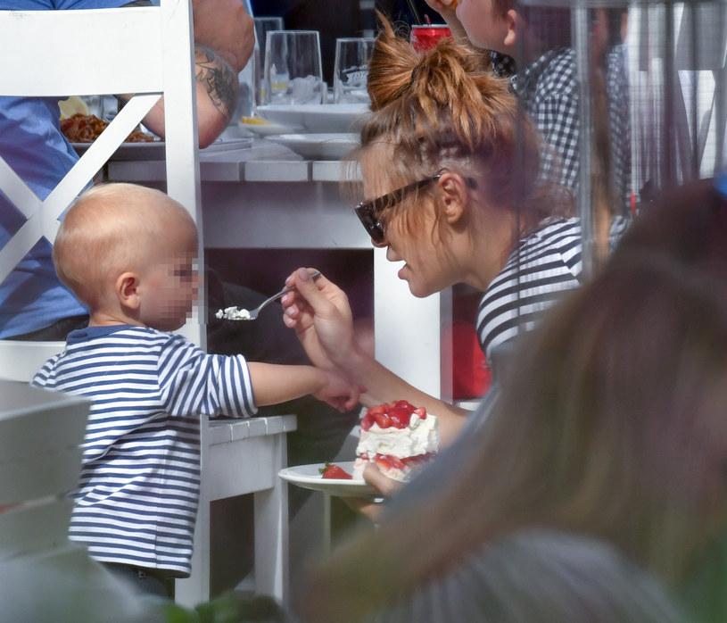 Maja Bohosiewicz karmi synka Zachary'ego tortem /Newspix