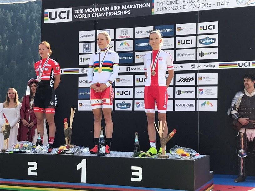 Maja Włoszczowska na podium MŚ w maratonie MTB; źródło: Kornel Osicki/ Kross Racing Team /