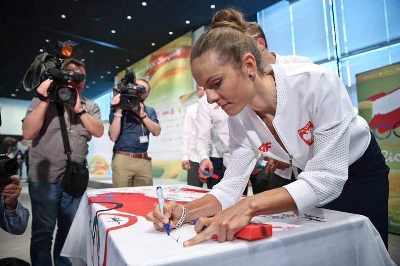 Maja Włoszczowska składa podpis na fladze olimpijskiej /Fot. Rafał Guz /PAP