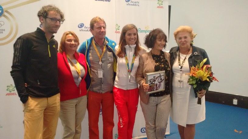 Maja Włoszczowska z najbliższymi w towarzystwie Małgorzaty Mejer (z prawej) z firmy Procter & Gamble /INTERIA.PL
