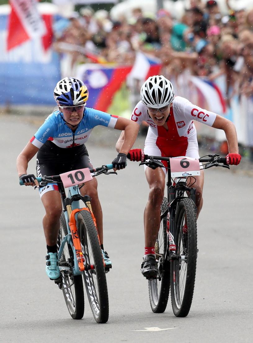 Maja Włoszczowska (z prawej) walczy z Emily Batty na finiszu /fot. Grzegorz Momot /PAP