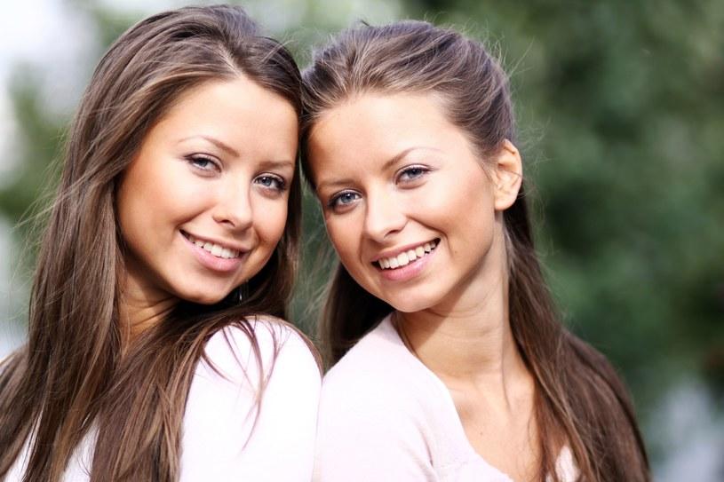 Mając siostrę stajemy się szczęśliwsi? /123RF/PICSEL