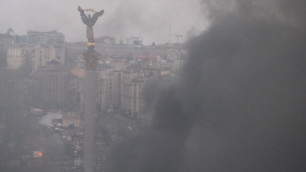 Majdan zasnuty jest teraz gryzącym czarnym dymem płonących opon /Przemysław Marzec /RMF FM