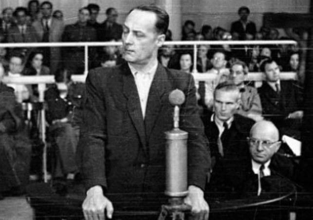 Major Franciszek Niepokólczycki (tutaj już w stopniu pułkownika) w czasie pokazowego procesu, jaki urządzili mu komuniści w 1946 roku /Narodowe Archiwum Cyfrowe /materiały prasowe