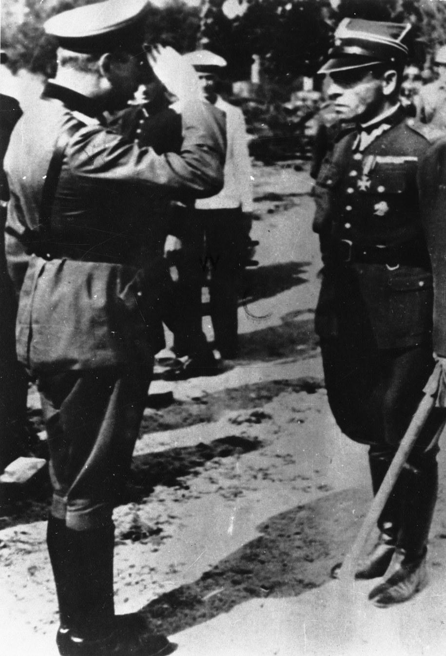 Major Henryk Sucharski, dowódca załogi Westerplatte, melduje niemieckiemu gen. Eberhardtowi fakt kapitulacji /PAP/CAF/reprod /PAP
