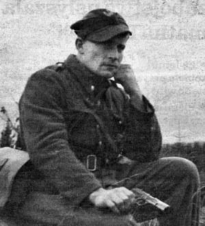 "Major Józef Kuraś, pseudonim ""Ogień"", z pistoletem TT /Reprodukcja: FoKa /Agencja FORUM"