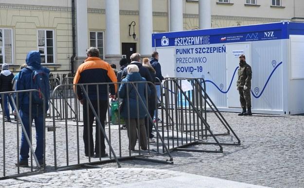 Majówkowa kolejka przed punktem szczepień w Warszawie /Radek  Pietruszka /PAP
