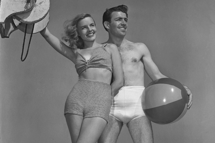 Majtki z wysokim stanem, jakie były modne w latach 50., znów wracają do łask. Krągły brzuch wygląda w nich dobrze /Getty Images