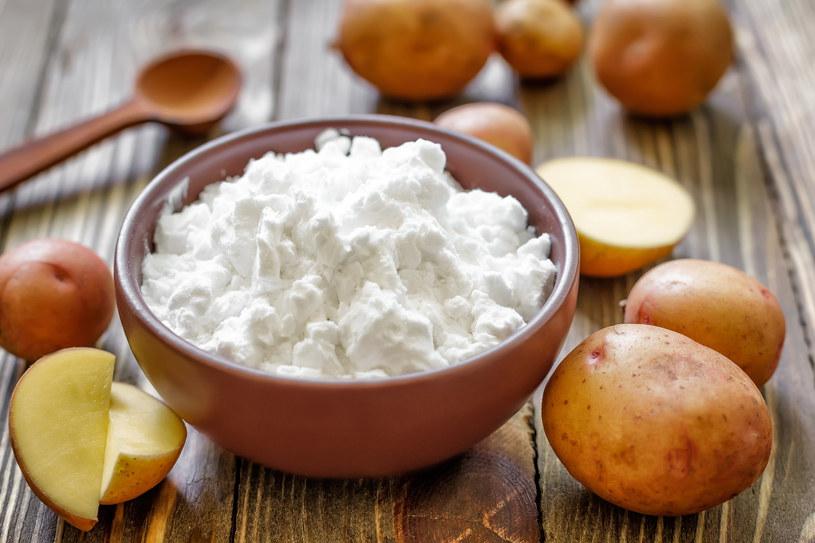 Mąka ziemniaczana doskonale radzi sobie z tłustymi zabrudzeniami /123RF/PICSEL