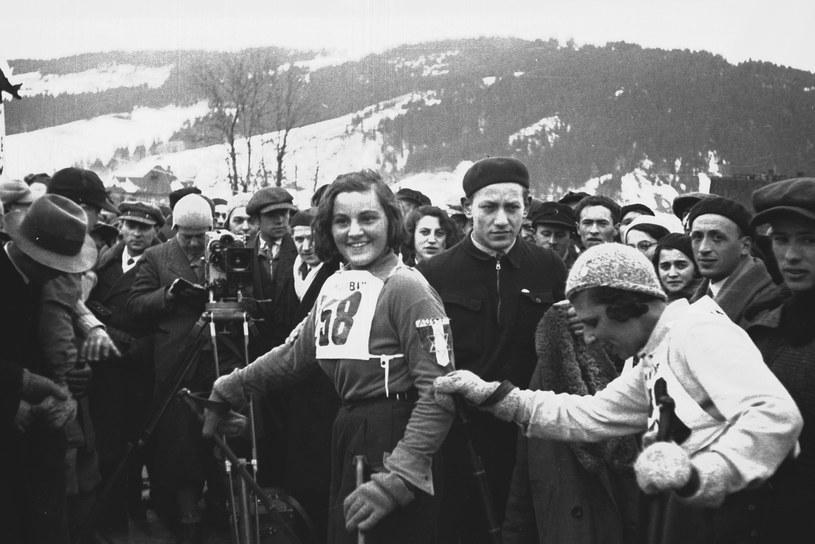 Makabiada 1933. Trude Riegelhaupt, uczestniczka biegu na 8 km, wśród kibiców /Z archiwum Narodowego Archiwum Cyfrowego