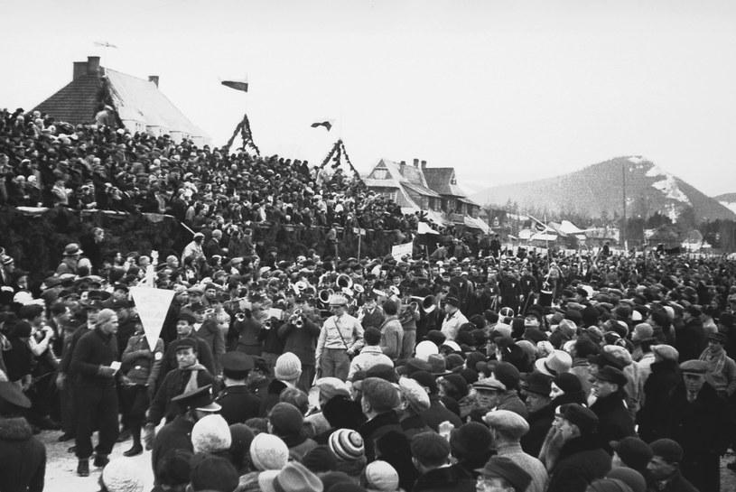 Makabiada 1933 w Zakopanem. Tłum kibiców na ceremonii otwarcia zawodów /Z archiwum Narodowego Archiwum Cyfrowego