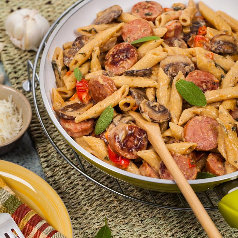Makaron do spaghetti można zastąpić innym makaronem /123RF/PICSEL