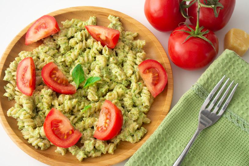 Makaron podawaj ze skrojonym pomidorem /123RF/PICSEL
