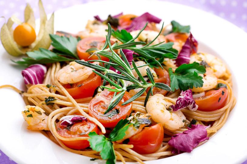 Makaron razowy z krewetkami i pomidorkami /materiały prasowe