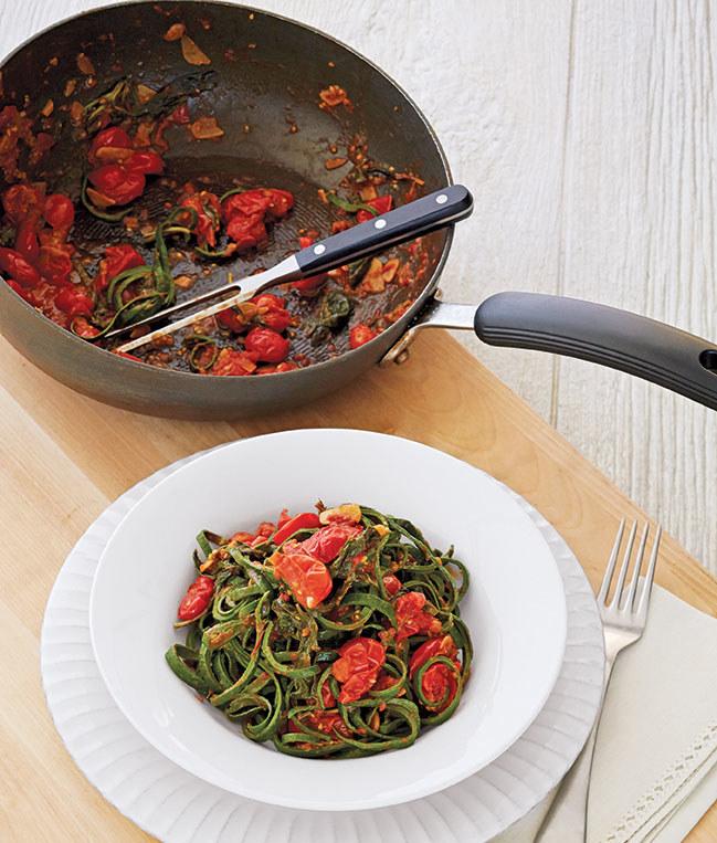 Makaron szpinakowy z pesto i pomidorami /materiały prasowe